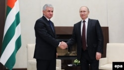Как это обычно бывает, детали того, что обсуждал Хаджимба с Путиным, а затем и с его помощником Сурковым и министром энергетики РФ Новаком, и договоренности, к которым они пришли, будут выявляться позднее, постепенно