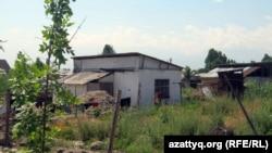 Алатау ауданы Шаңырақ ауылындағы негізгі жол бойына орналасқан үйлердің көрінісі. Алматы, 27 маусым 2011 жыл.