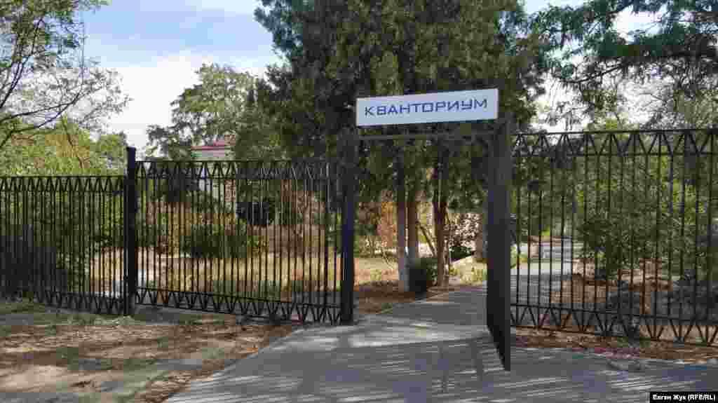 Праворуч за перехрестям – школа-інтернат №4, частину корпусів якої російська влада віддала під «Кванторіум» – це загальна назва дитячих технопарків в містах сусідньої Росії