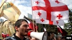 После провалившейся попытки сместить президента Саакашвили путем массовых демонстраций весной 2009 г. и крайне неудачных для нее местных выборов в мае, грузинской оппозиции предстоит найти себя заново