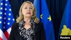 ABŞ-nyň döwlet sekretary H. Klinton Pristinada guralan metbugat ýygnagynda çykyş edýär. 31-nji oktýabr, 2012 ý.