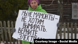 Жители поселка выходят с плакатами к железной дороге