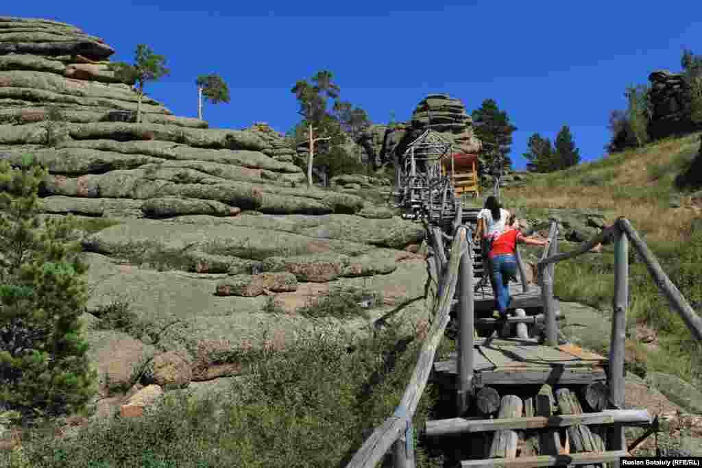 Пешие туристы в горах Баянаульского национального парка.