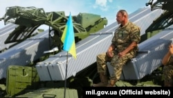 Украинский воин-артиллерист в Чугуеве, Харьковская область. Архивное фото