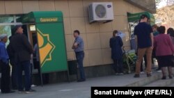 Очереди у банкоматов Народного банка. Уральск, 4 мая 2018 года.