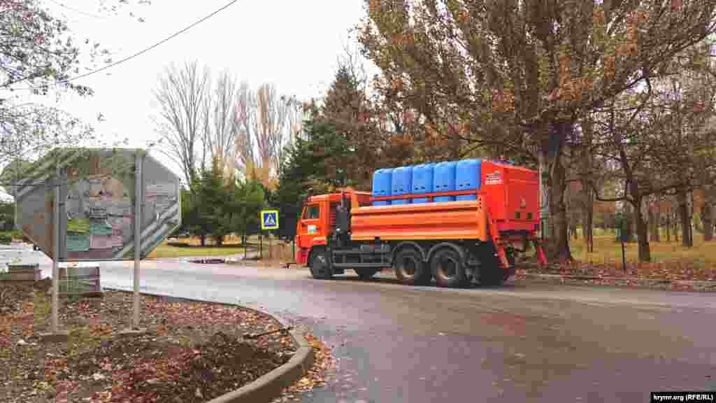 После кислотных выбросов такими спецмашинами в Армянске отмывают улицы