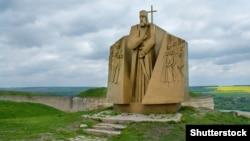 Пам'ятник гетьману Петру Сагайдачному в Хотині. Монумент відкрили в 1991 році, в рамках святкування 370 років від дня Хотинської битви 1621 року