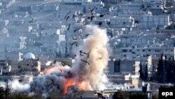 АҚШ етакчилигидаги коалиция кучлари Кобани шаҳридаги жанггариларга ҳаводан зарба берган пайт, 2014 йил 27 октябрь.