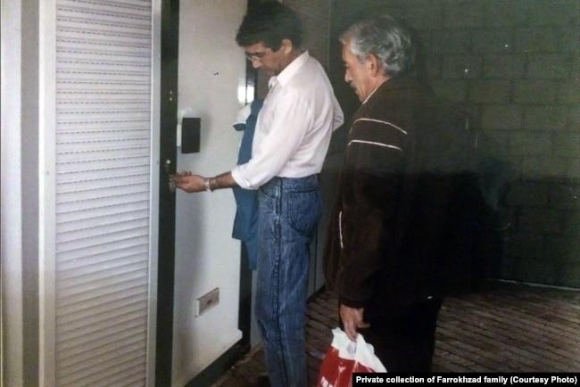 لحظه ورود مهرداد فرخزاد به خانه برادرش در نخستین بازدید از این مکان پس از قتل او