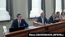 Депутат Валерий Агрба и представитель ЦИК в суде Дмитрий Шамба