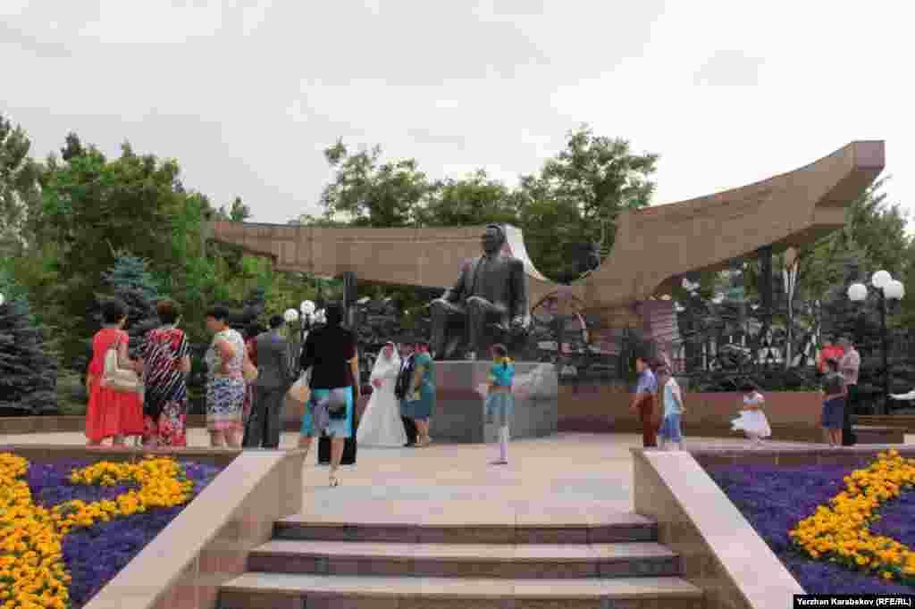 Памятник Нурсултану Назарбаеву в Парке Первого президента в Алматы. 19 июня 2015 года.