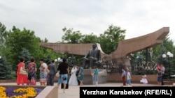 Памятник Нурсултану Назарбаеву в парке первого президента в Алматы.