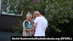 Олександр Костенко з матір'ю Оленою Костенко і омбудсменом Людмилою Денісовою, Київ, 6 серпня 2018 року