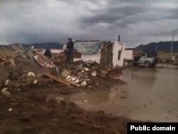 Дом в городе Баян-Ульгий, разрушенный в результате наводнения. Фото пользователя социальной сети Facebook Байыта Кабанулы.