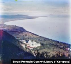 A Novi Afon monostort orosz szerzetesek építették az 1800-as évek végén. A felvételen látni lehet a Fekete-tenger partját déli irányba, Batumi felé.