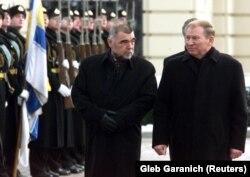 Другий президент України Леонід Кучма приймає президента Хорватії Стіпе Месича у Києві. Грудень 2001 року