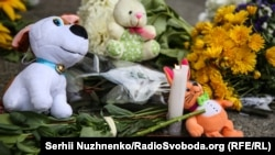 Квіти, свічки і дитячі іграшки: так біля посольства Нідерландів у Києві вшанували четверті роковини трагедії, 17 липня 2018 року