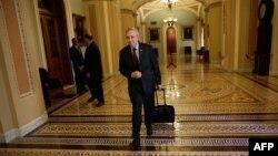 АҚШ сенатындағы демократтардың жетекшісі Гарри Рид заң жобасына дауыс беруге бара жатыр. Вашингтон, 30 қыркүйек 2013 жыл