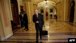 Лидерот на мнозинството во Сенатот, демократот Хери Рид пристигнува во Конгресот