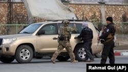 Forcat e sigurisë afgane dhe forcat amerikane arrijnë në kompleksin ku ka nisur sulmi afër një qendre trajnuese për Inteligjencë në Kabul