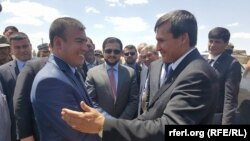 Министр иностранных дел Туркменистана Рашид Мередов (справа) пожимает руку Сайеду Анвару Садату, губернатору провинции Фарьяб, во время официальной поездки в эту провинцию. 27 июня 2016 года.