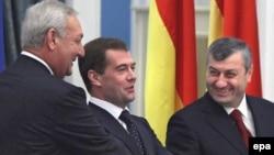 Дмитрий Медведев в окружении новых друзей - Сергея Багапша и Эдуарда Кокойты