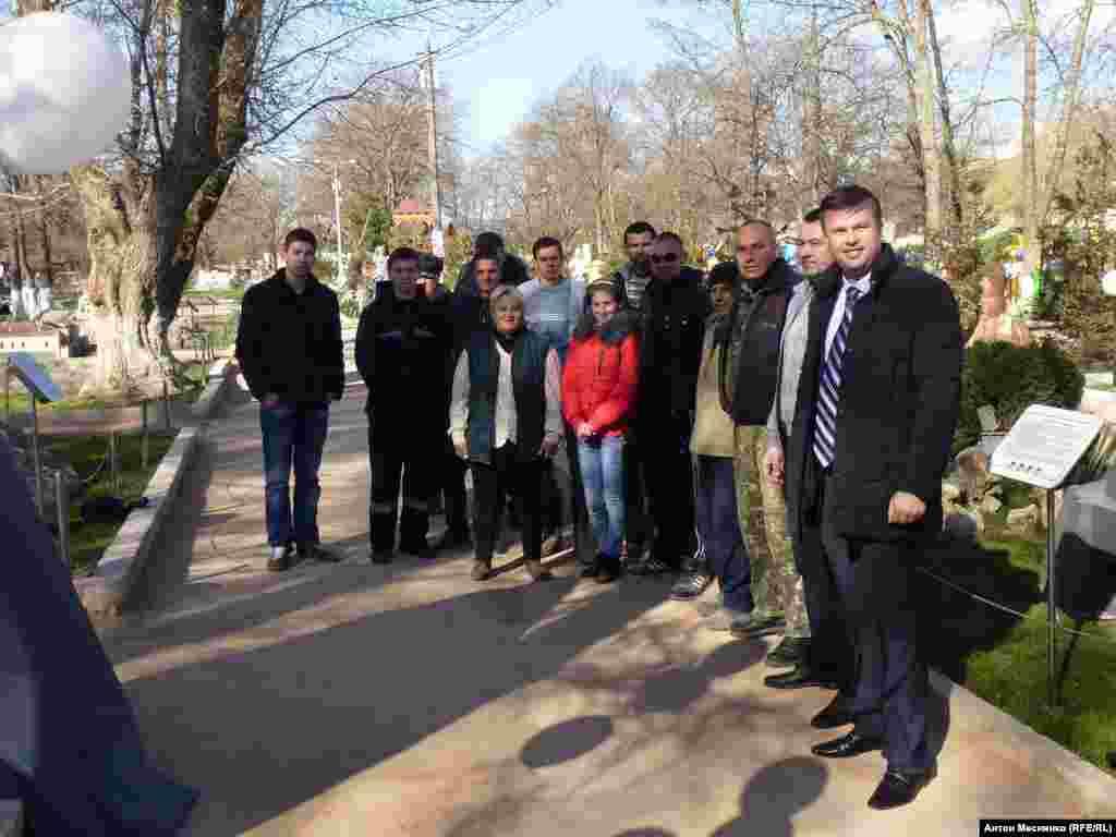 Большая часть присутствующих на открытии памятника– сотрудники парка