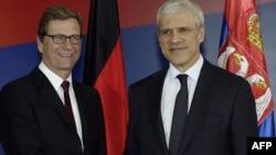 Președintele Boris Tadic salutîndu-l pe șeful diplomației germane, Guido Westerwelle înaintea convorbirilor de la Belgrad