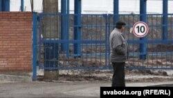 """Рабочий на заводе """"Борисодрев"""". Минская область, 13 ноября 2013 года."""