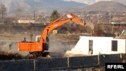 Дар моҳи январи соли 2010 мақомот ба мақсади бунёди боғи шаҳри манозили сокинони Буни Ҳисоракро тахриб карданд.