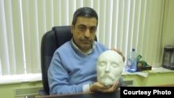 Павел Глоба показывает посмертную маску Шекспира (фото: Иван Толстой)