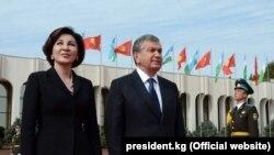 Президент Узбекистана Шавкат Мирзияев с супругой ожидают в аэропорту Ташкента прибытия с визитом президента Кыргызстана Алмазбека Атамбаева. 5 октября 2017 года.