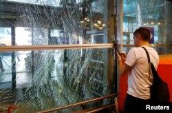 Мужчина снимает на фото разрушения в аэропорту Стамбула. 29 июня 2016 года.