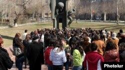 Չարենցի ստեղծագործության սիրահարները հավաքվել են բանաստեղծի արձանի մոտ, արխիվ