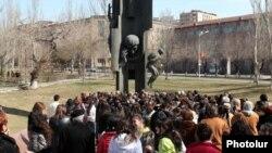 Եղիշե Չարենցի հուշարձանը Երեւանում: