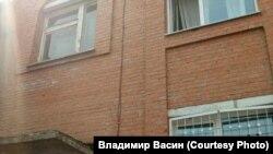 Окно, из которого выпрыгнул Илья. Наискосок от козырька
