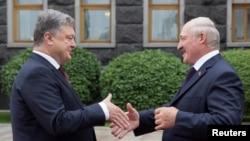 Петро Порошенко (л) і Олександр Лукашенко, Київ, 21 липня 2017 року
