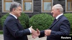 Аляксандар Лукашэнка (справа) падчас сустрэчы зь Пятром Парашэнкам у Кіеве. 21 ліпеня 2017 году