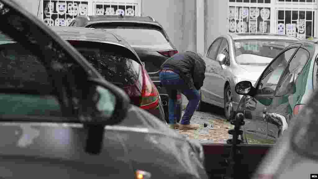 МАКЕДОНИЈА - Направа што наликува на рачна бомба била пронајдена покрај автомобил на паркинг-просторот во близна на Средното уметничко училиште Лазар Личеноски во Скопје, поради што се евакуирани сите присутни во објектот, потврди полицијата.