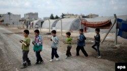 Түркияның Сириямен шекарасындағы босқындар лагерінде жүрген сириялық босқын балалар. (Көрнекі сурет)