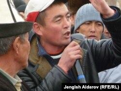 На акции протеста против деятельности компании A.Z. International. Село Катран Баткенской области, 28 ноября 2012 года.