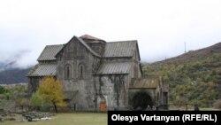 Вместо молитвенных песнопений воскресной службы во дворе церкви Ахтала в эти дни раздается барабанная дробь - известная армянская рок-группа The Beautified Project снимает свой новый видеоклип на песню «Киликия»