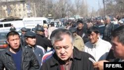 «Ата Мекен» партиясынын лидери Өмүрбек Текебаев эл арасында