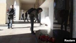 Положување на цвеќе на местото на бомбашкиот напад пред метрото во Минск
