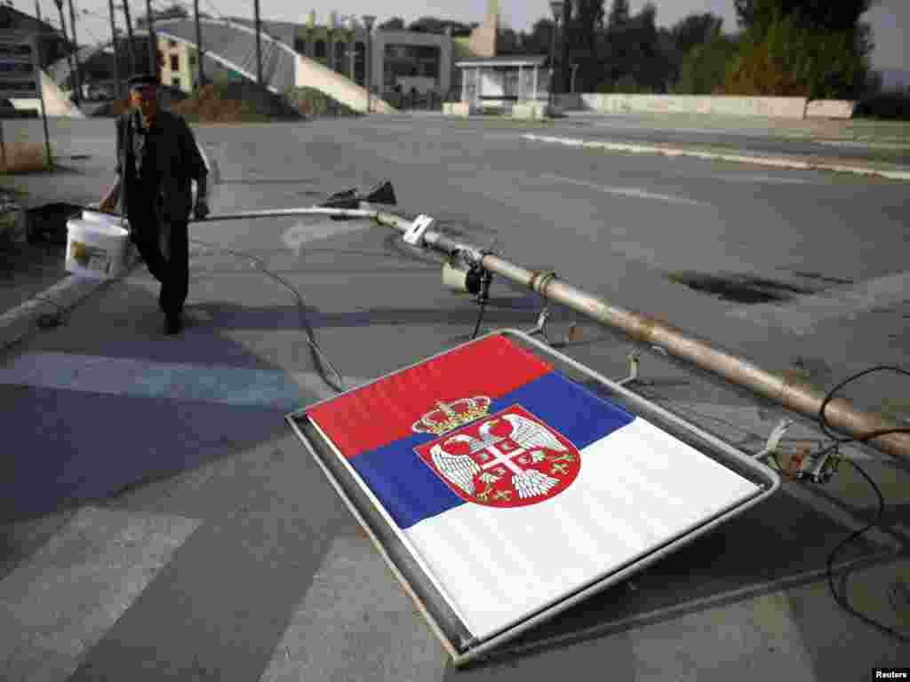 Ulaz na most koji deli Mitrovicu na većinski srpski i većinski albanski deo, 15. septembar 2011, Foto: REUTERS/Marko Đurica