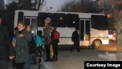 Guvohlarga ko'ra, savdogarlar mana bunday avtobuslarga yuklanib olib ketilgan.