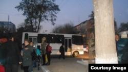 Один из автозаков, на котором торговцев с рынка «Ширин» увезли в отделение милиции.