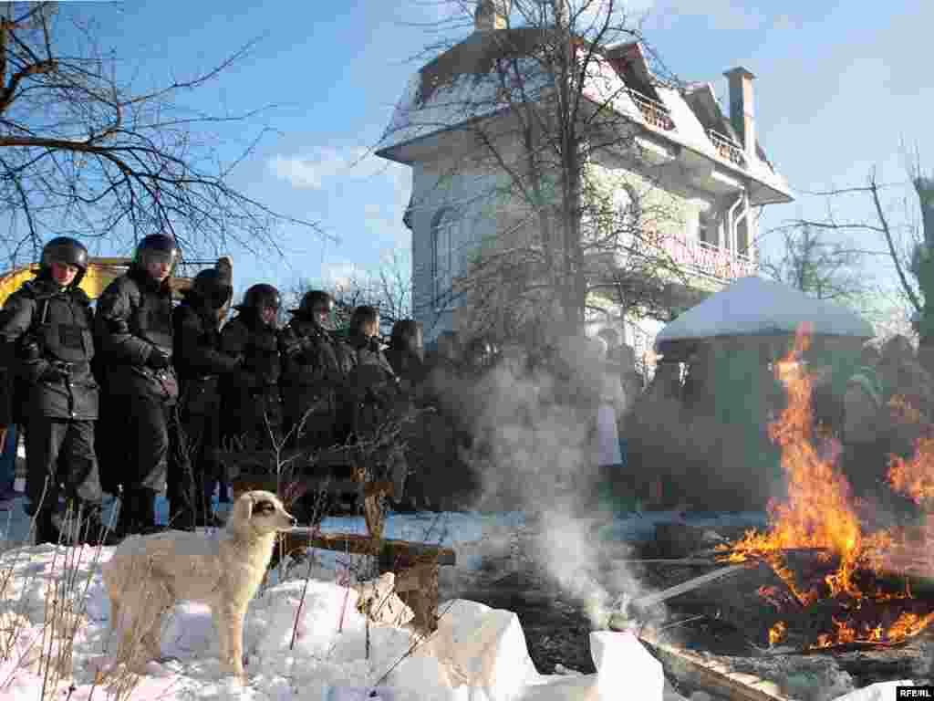 Жители подожгли обломки первого снесенного дома, чтобы согреться