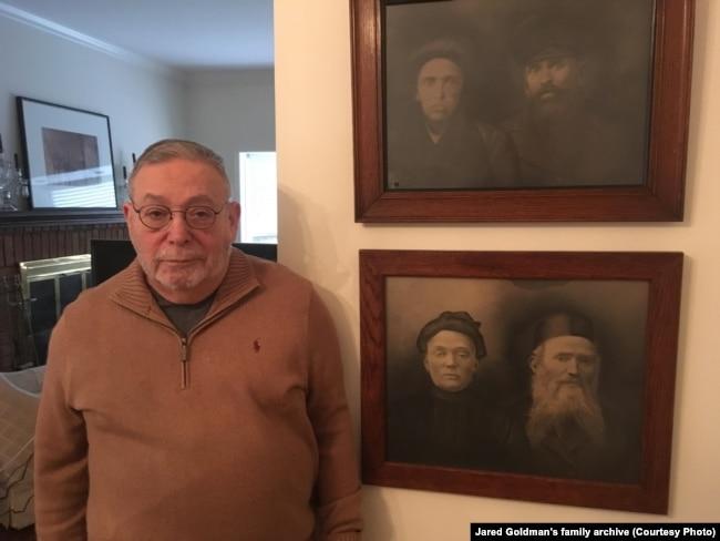 Бацька Джарэда побач з фатаграфіямі сваіх продкаў зь Беларусі