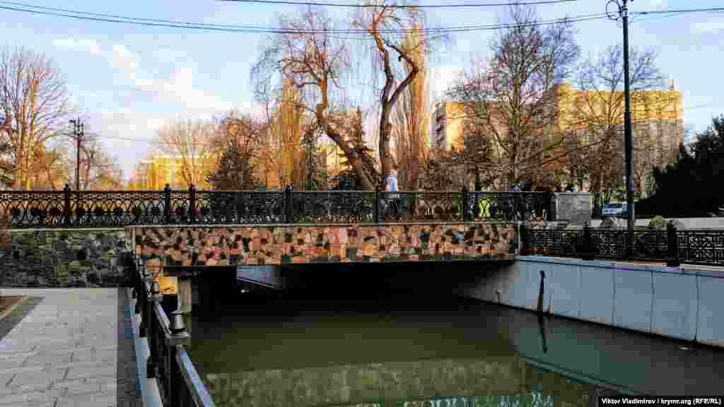 Мост, ведущий в сторону улицы Павленко. Нижняя часть облицована плиткой. Такой мост – единственный в парке
